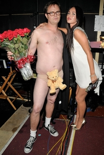 Awww Rainn Wilson gives Megan Fox roses and a teddy bear What a sweet guy