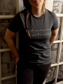 Her shirt says New telegraph who dis in Morse code
