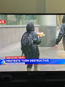 Seattle protesters looted a Cheesecake Factory