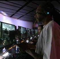 Snoop Dogg casually smoking a blunt while playing Battlefield  at E