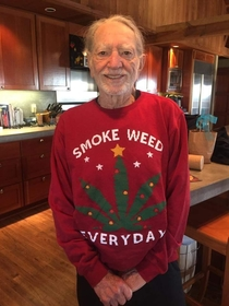 Snoop Dogg gave Willie Nelson this perfect Christmas sweater