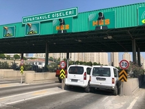 Stubborn drivers get stuck at toll gate in Istanbul