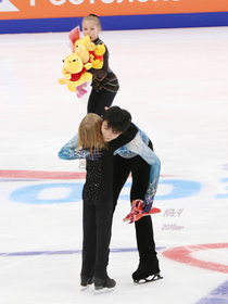 The flower girls expression when her friend got a hug from Olympic champion Yuzuru Hanyu