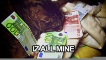 This cat shure got lots of moneyz