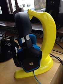 Turns out banana hangers are far cheaper than headset hangers